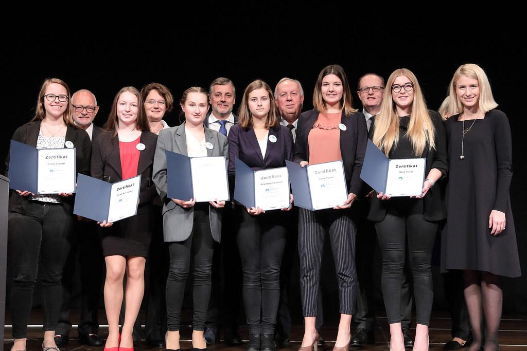 Gruppenfoto bei der Zertifikatsverleihung der Abschlussveranstaltung HTL Mentoring für Schülerinnen