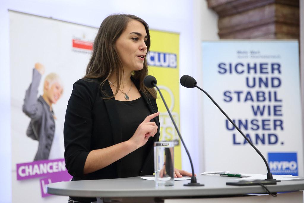 """Präsentation der Siegerreden anlässlich des Redewettbewerbs """"100 Jahre Frauenwahlrecht - Setze ein Statement!"""" im Linzer Landhaus"""